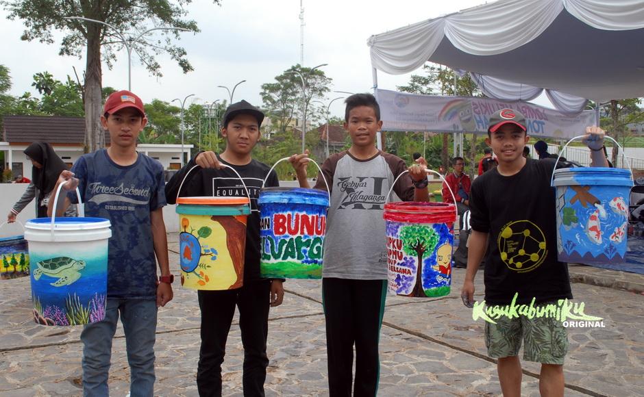 Melukis Kehidupan Laut di Tong Sampah, Terpilih Menjadi Juara